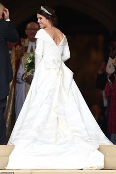 Royal Family Around the World: The Wedding of Princess Eugenie of York to Jack Brooksbank at Windsor Castle on October 2018 in Windsor, England. Royal Wedding Gowns, Royal Weddings, Princess Wedding, Wedding Bride, Princess Kate, Princesa Eugenie, Wedding Loans, Eugenie Wedding, Eugenie Of York