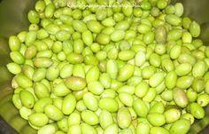 Πράσινες ελιές στο... μπουκάλι! Food Network Recipes, Cooking Recipes, Can Jam, Greek Olives, Olive Tree, Fermented Foods, Dried Fruit, Greek Recipes, Preserves