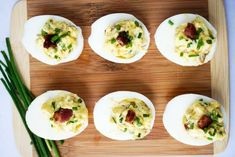 Easy keto snacks that are quick and delicious! 25 keto friendly snacks that will keep you satisfied. See full recipes for all 25 snacks for the keto diet! Ketogenic Diet Meal Plan, Ketogenic Recipes, Diet Recipes, Cooking Recipes, Healthy Recipes, Easy Recipes, Snack Recipes, Keto Foods, Kitchen