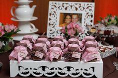 Um chá em petit pois marrom e rosa.