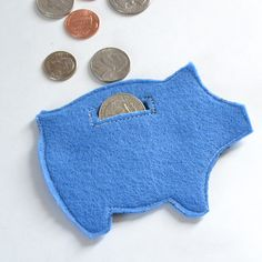 Get the free pattern to make a whole mess of felt piggy banks Easy cheap and a great little gift Felt Diy, Felt Crafts, Crafts To Make, Diy Crafts, Creative Crafts, Diy Craft Projects, Craft Tutorials, Sewing Projects, Felt Projects