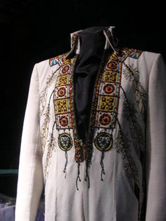 Today the suit is in display at Graceland. That suit was used by Elvis from may 1975 to february 1977.
