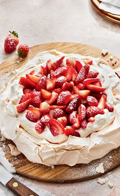 Recipe: Strawberry Pavlova—Light and sweet, this berrylicious dessert made of airy meringue and syrupy strawberries tastes so good even your savoury-toothed guests will come back for seconds. Köstliche Desserts, Delicious Desserts, Dessert Recipes, Yummy Food, Plated Desserts, Alcoholic Desserts, Pavlova Cake, Meringue Pavlova, Meringue Food