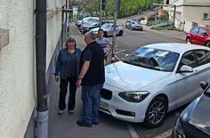 Durch diese hohle Gasse muss er kommen: Susanne Jallow (links) und Peter Erben (hinten) demonstrieren die Auswirkungen des Querparkens auf den Fußverkehr Foto: Haar