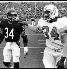 Walter Payton (Chicago Bears) and Earl Campbell (Houston Oilers)-two of the best running backs in NFL history Nfl Football Players, Bears Football, Football Memes, Football Stuff, Sport Football, Football Art, Football Awards, Football Uniforms, Cowboys Football