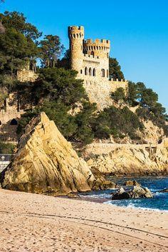 Midden in Malgrat de Mar ligt je hotel met halfpension én op steenworp afstand van het strand waar jij uren lang gaat zonnen.. verblijf in luxe voor een SPOTprijs, waar wacht je op?! Pak die koffers!