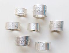Platform for the communication of the international art jewellery. Jewelry Crafts, Jewelry Art, Beaded Jewelry, Jewelry Rings, Jewelry Design, Contemporary Jewellery, Modern Jewelry, Precious Metal Clay, Jewelry Showcases
