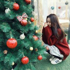 Ulzzang green and red Christmas Christmas Tumblr, Instagram Christmas, Christmas Town, Christmas Couple, Christmas Fashion, Christmas Photos, Christmas Girls, Ulzzang Korean Girl, Ulzzang Couple