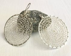 The frame is made out of argentium silver For the crocheted part I used fine silver. This earrings are 2 diameter aprox. Crochet Earrings, Hoop Earrings, Etsy, Trending Outfits, Unique Jewelry, Handmade Gifts, Silver, Vintage, Frame