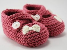 Fuente: https://www.etsy.com/listing/62598360/little-miss-bow-baby-booties-you-choose