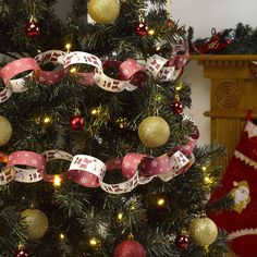 Let it Snow - Father Christmas - Paper Chains Father Christmas, Christmas Snowman, Christmas Wreaths, Christmas Colour Schemes, Christmas Colors, Snowflake Designs, Snowflake Pattern, Classic Christmas Decorations, Holiday Decor