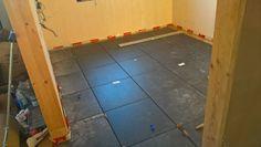 Feinsteinzeugplatten auf Kaseinlehmboden in der Küche. Tile Floor, Flooring, Crafts, Cob Home, Boden, Timber Wood, Manualidades, Tile Flooring, Wood Flooring