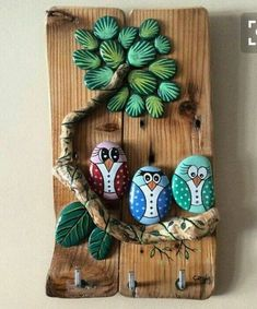 Pin do(a) Vanessa Anita em DecorThis Pin was discovered by SuzPainted Rock Ideas - Do you need rock painting ideas for spreading rocks around your neighborhood or the Kindness Rocks Project?Pebble owls on a tree Pinned b Stone Crafts, Rock Crafts, Fun Crafts, Diy And Crafts, Arts And Crafts, Pebble Painting, Pebble Art, Stone Painting, Rock Painting