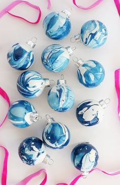 holiday crafts In five minutes, you can make these gorgeous DIY Indigo Marbled Ornaments! Easy Christmas Ornaments, Gold Christmas Decorations, Blue Christmas, Christmas Balls, Simple Christmas, Diy Ornaments, Ornaments Design, Homemade Christmas, Navidad Simple