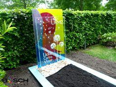Kleurrijk glazen grafmonument met blaasbloemen voor Lieke.
