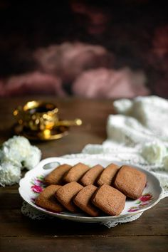 Ranskalaiset piparkakut ovat herkullisen makuisia sellaisenaan vaikkapa kahvin kanssa nautittuna, mutta ne sopivat erinomaisesti myös erilaisten kakkujen ja piiraiden pohjaksi murustettuna. Valmista taikina edellisenä päivänä jääkaappiin ja paista seuraavana päivänä viipaleina uunipellillä. Margarita, Cookies, Desserts, Food, Crack Crackers, Tailgate Desserts, Deserts, Eten, Margaritas