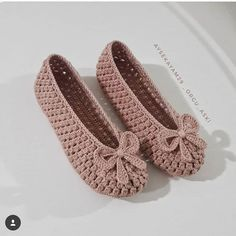 Best 12 popcorn stitch baby shoes – skillofking com Crochet Slipper Pattern, Crochet Shoes, Crochet Crafts, Crochet Projects, Crochet Baby, Knit Crochet, Crochet Flip Flops, Beaded Shoes, Shoe Pattern
