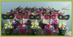 Centro de Mesa Miraculous, mascara de eva, símbolos em eva, cachepô , 6 desenhos dos Miraculous para colorir, uma caixa com 12 giz cera, 1 pirulito e uma ponteira para lápis. Obs: não acompanha o lápis.    Peso: 145 gramas    Altura: 29 cm