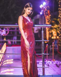 Yesterday at the Launch Of Untold by Aftab Khan. Allah bless you. I'm so Proud of you bhai. Teen Celebrities, Bollywood Celebrities, Stylish Girls Photos, Stylish Girl Pic, Girl Trends, Frocks For Girls, Cute Girl Photo, Western Dresses, Girl Photography Poses