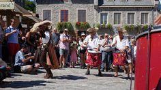 https://flic.kr/p/xyhAVU | Québec : Fêtes de la Nouvelle-France, troupe de tambours Kumpa'nia | KUMPA'NIA est une joyeuse troupe de tambours ambulants qui ne laisse personne indifférent. Ses compositions originales, où se mêlent d'exotiques influences funk, samba, reggae, old school, wawanco, comparsa, etc. sont orchestrées et littéralement mises en scène sur les six instruments d'une grande batterie démantibulée, ce qui leur donne ce son unique et cette énergie irrésistible. L'impact…