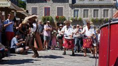 https://flic.kr/p/xyhAVU   Québec : Fêtes de la Nouvelle-France, troupe de tambours Kumpa'nia   KUMPA'NIA est une joyeuse troupe de tambours ambulants qui ne laisse personne indifférent. Ses compositions originales, où se mêlent d'exotiques influences funk, samba, reggae, old school, wawanco, comparsa, etc. sont orchestrées et littéralement mises en scène sur les six instruments d'une grande batterie démantibulée, ce qui leur donne ce son unique et cette énergie irrésistible. L'impact…