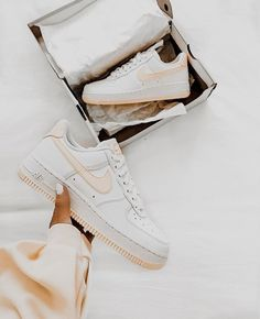 Nike Air Force 1 Schuhe – Weiß Gelb – 2019 Stylish Nike Air Force 1 sneakers in white color with yellow swoosh and sole …. Zapatillas Nike Air Force, Tenis Nike Air, Nike Af1, Nike Shoes Air Force, Nike Air Force Ones, Nike Air Force 1 Outfit, Moda Sneakers, Shoes Sneakers, Sneakers Women