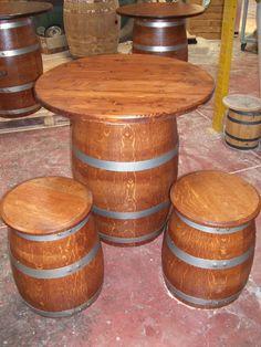 1068 - Tavolino a fungo h.90 cm con supporto da botte usata da 100 litri e piano d.78 cm con sgabelli a da mezze botti. Tutto in rovere verniciato color noce a 2 mani, lucido lavabile.