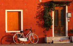Façade ocre, Burano, au large de Venise, en Italie