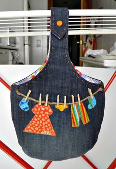 this IDEA rocks! – clothespin bag (hooks over the line) with jute clothesline, appliques, and wee pins added!Bolsa pinzas- cute bag for clothespins!Cut in 1 piece and add baseI could see this draped over my longarm pole!To hook your brooches. Sewing Hacks, Sewing Crafts, Sewing Projects, Artisanats Denim, Clothespin Bag, Peg Bag, Clothes Pegs, Barbie Clothes, Denim Ideas
