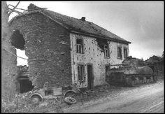Tank américaine et allemande « Kübelwagen » frappé à côté de la route entre Bastogne et Wiltz / Char nous Sherman et « Kübelwagen » allemand détruit sur la route de Bastogne vers Wiltz.