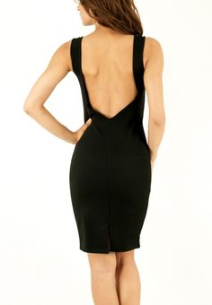 Εφαρμοστό μαύρο φόρεμα με ανοιχτή πλάτη.