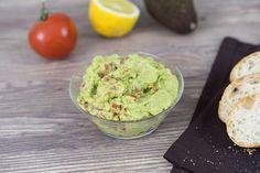 Diese 3 Dips lassen sich im Handumdrehen zubereiten. Avocado-Guacamole-Dip, Paprika-Feta-Dip und Tomaten-Chili-Dip. Zubereitungszeit: jeweils 5 Min. Zutaten für jeweils 1 Glas mit ca. 220 ml: Avocado-Guacamole-Dip: 1 Avocado Saft einer halben Zitrone ¼ TL Salz ½ TL Olivenöl ½ EL Joghurt 1 Pr. Pfeffer ½ Knoblauchzehe 1 Tomate Paprika-Feta-Dip: ½ rote Paprikaschote 100 g Feta-Käse …