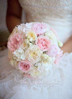 Delicato bouquet dai colori pastello per una sposa romantica e raffinata.