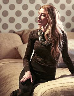 """Photo Gallery : InStyle.com What's Right Now Season 4, Episode 11: """"The Townie"""" Serena van der Woodsen (Blake Lively) wears a Salvatore Ferragamo top, Vince pants, Roberto del Carlo boots, Oscar de la Renta necklace and Low Luv rings."""