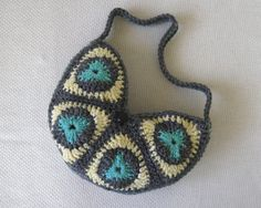 Triangle Purse Crochet Pattern via Etsy.