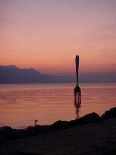 Switzerland ネスレ本社近くのレマン湖 世界の子供たちが食いっぱぐれのないように。という願いが込められたモニュメント。 こういうの好きです。 Vevey, Haha, World, Ha Ha, The World