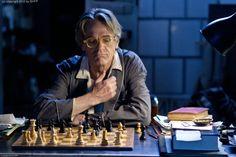 Raimund (Jeremy Irons) beim einsamen Schachspiel  © 2013 Sam Emerson / Concorde Filmverleih