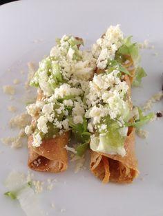 Prepara estos ricos, crujientes y deliciosos tacos dorados de pollo, me encanta comer y preparar estos tacos porque son muy mexicanos, acompáñalos con salsa verde, lechuga, queso fresco y crema.