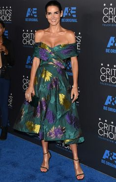 Love the dress, weird though, looks like its falling off! Angie Harmon in Christian Siriano at the Critics' Choice TV Awards Nice Dresses, Prom Dresses, Wedding Dresses, Angie Harmon, Anna Faris, Floral Gown, Christian Siriano, Red Carpet Looks, Red Carpet Fashion