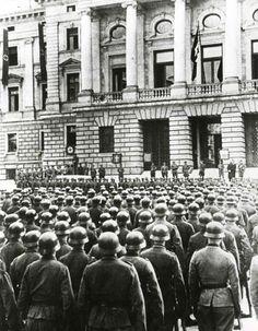 Cerimonia militare nazista di SS davanti al Palazzo di giustizia.JPG