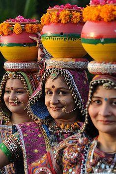 La festa delle nove notti - Danzatrici folk indiane del «Panghat Group» in un momento delle prove generali della «Festa di Navaratri», conosciuta anche come il «Festival delle nove notti», in onore della dea Durga,  ad Ahmedabad, nello stato federato del Gujarat. La festa avrà inizio il 16 e si concluderà il 26 ottobre (Afp/Panthaky)