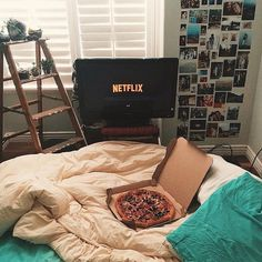 Netflix and pizza. Netflix and pizza. My New Room, My Room, Ideas Geniales, Netflix And Chill, Watch Netflix, Room Goals, Teen Girl Bedrooms, Teen Rooms, Dorm Rooms