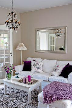 Olohuoneen sohva on Ikean Ektorp-malli. Sohvapöytä ja kattovalaisin on hankittu nettihuutokaupasta. Koko tilan seinissä on yhtenäinen pellavan sävyinen seinämaali.