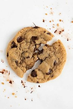 The BEST vegan chocolate chip cookies! They are crispy on the outside yet soft, gooey, and chewy on the inside. Each bite is loaded with pockets of melted chocolate. It's an easy chocolate chip cookie recipe made with pantry staples! #vegan #vegancookies #chocolatechipcookies #vegandessert #cookies #cookierecipe #easy #dessertrecipe Best Vegan Chocolate, Vegan Chocolate Chip Cookies, Melted Chocolate, Vegan Desserts, Dessert Recipes, Vegan Recipes, Eggless Cookie Recipes, Gooey Cookies, Raw Cookie Dough