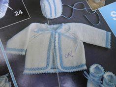 Materiais:  80g de lã de 2 fios cor branca  20g de linha azul  ag 2 1/2 ou 3  2m de fita com 0,5cm de largura, azul   Pontos utilizados:  Po...