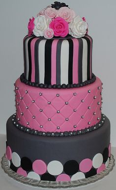 Pink Black and Grey Cake! Would be great for a wedding, bat mitzvah, or birthday party! #Pinkblackcake #pinkandblackbatmitzvah #batmitzvahdecor