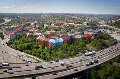 Utopia Arkitekter tagit fram ett bostadsförslag inom fastigheten Herbariet i Midsommarkransen. Projektet med en färgsprakande 270 meter lång fasad som slingrar sig längs med Essingeleden omfattar 375 bostäder (225 hyresrätter och 150 bostadsrätter), förskolor och en ny stadspark. Den oregelbundna formen och en fastighetsindelning med färgvariation ger en arkitektonisk karaktär i samklang med Midsommarkransens äldre bebyggelse.