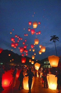 Sky lanterns are Asian symbols of taking away troubles and bringing good luck! Besides, they light up the skyline brilliantly during a stunning night wedding!    Free a sky lantern with your better half and make a wish!