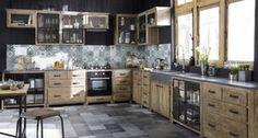 Une belle cuisine en bois et un plan de travail en véritable pierre bleue naturelle. Les meubles sont déjà montés avec le plan de travail, les poignées etc