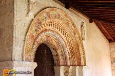 Preciosas arquivoltas policromadas de la portada de la ermita de Nuestra Sra. de la Vega en Requijada (Segovia). www.segoviaunbuenplan.com